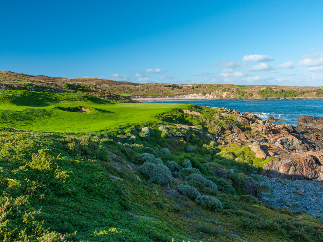 Cape Wickham - 16th Hole v2, Par 4 | Image via Larry Lambrecht Photography